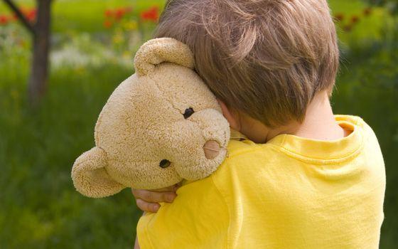 Бесплатные фото ребенок,мальчик,игрушка,медведь плюшевый,объятия