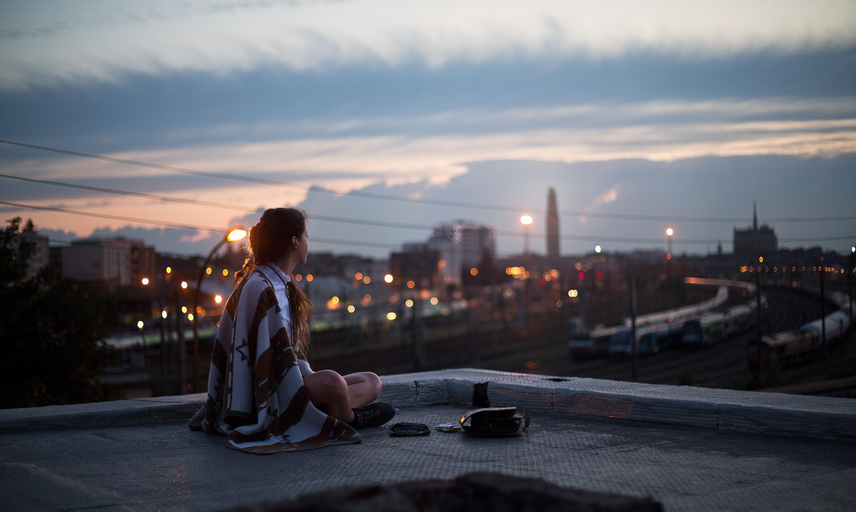 дисплее девушка на крыше и вид ночного города картинка одном своих