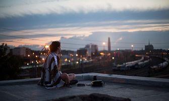 Бесплатные фото крыша дома,девушка,мечтательница