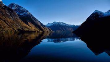 Обои озеро, горы, чистое небо