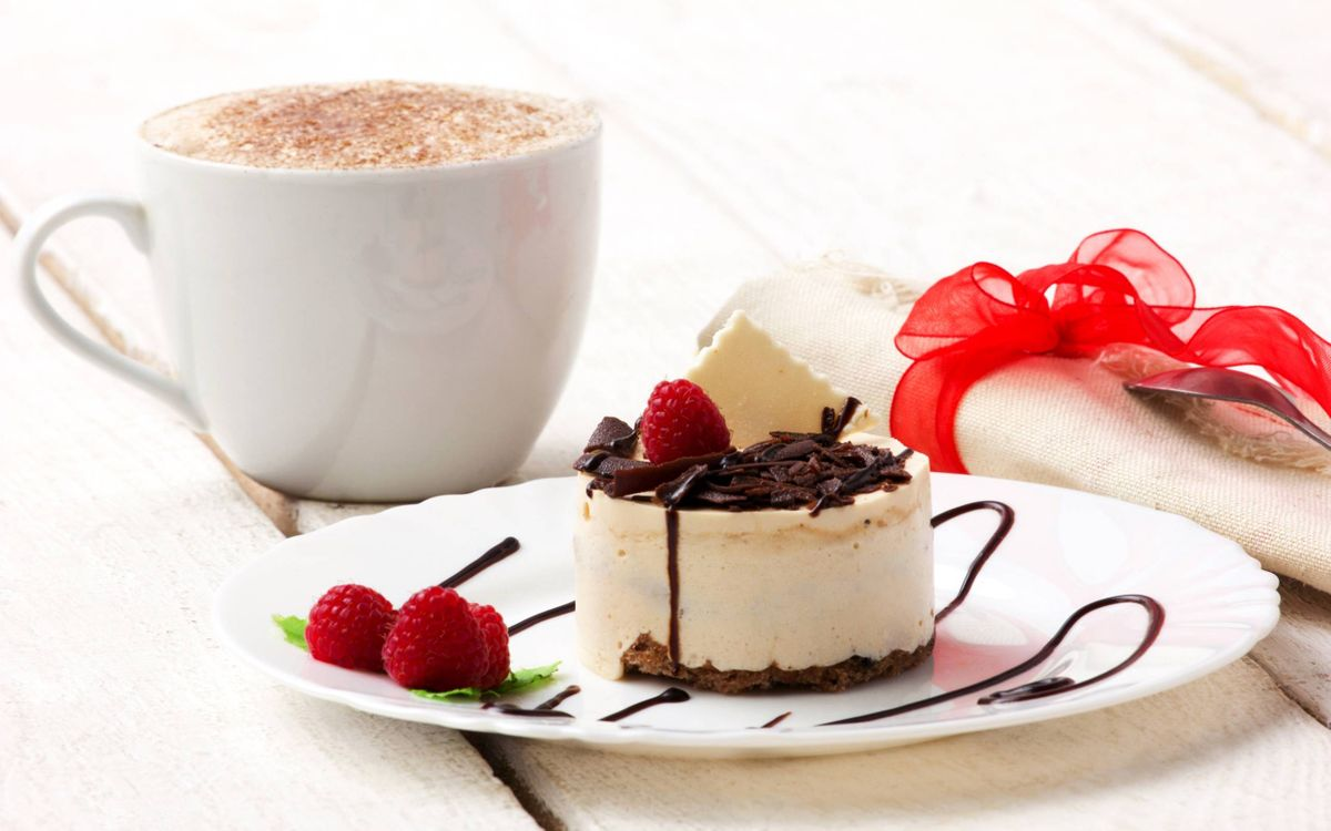 Фото бесплатно чашка кофе, блюдце, пирожок, тортик, клубника, сливки, шоколад - на рабочий стол