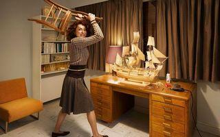 Бесплатные фото комната,стол,макет корабля,женщина,злая,стул,за секунду до
