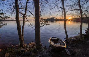 Бесплатные фото озеро,закат,деревья,берег,лодка,пейзаж