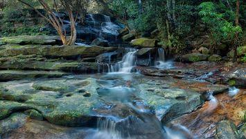 Заставки водопад, скалы, деревья