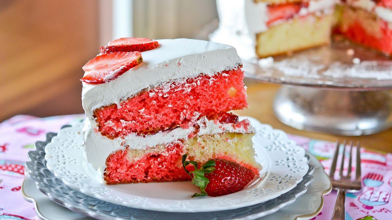 Фото бесплатно торт, коржи, крем, ягода, клубника, тарелка, вилка, еда - скачать на рабочий стол