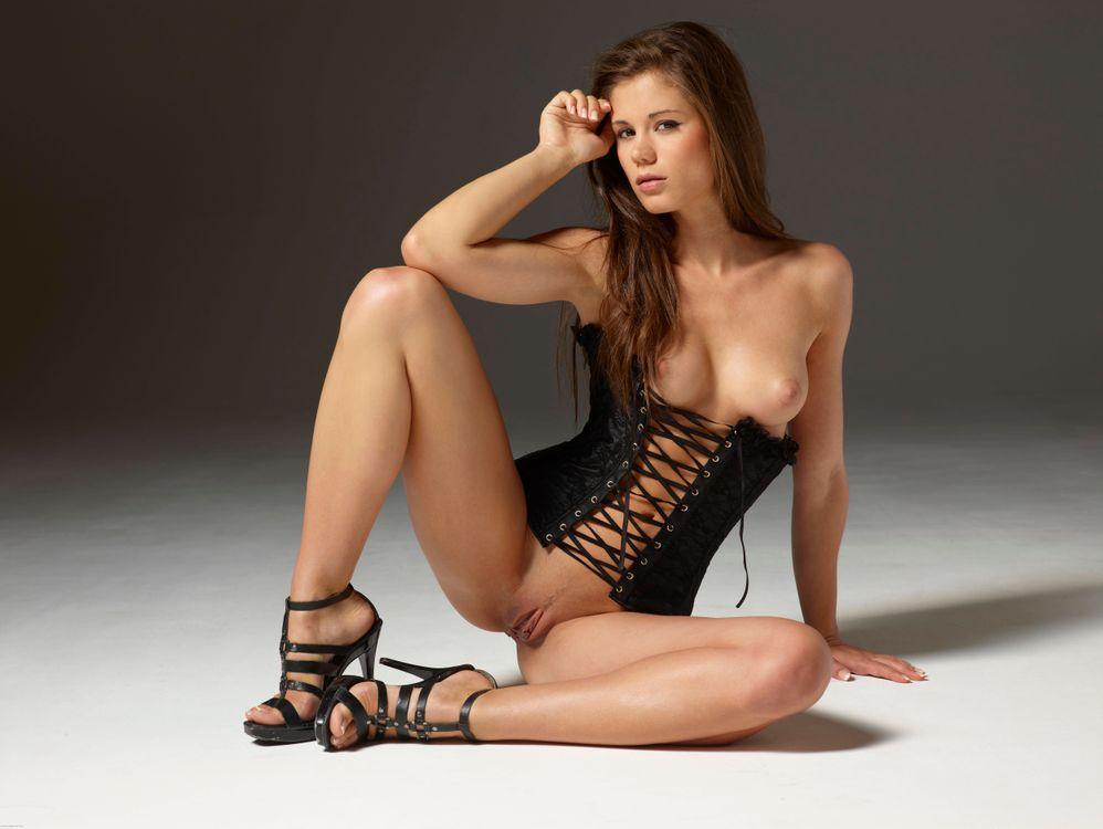 Фото бесплатно Little Caprice, девушка, модель, красотка, голая, голая девушка, обнаженная девушка, позы, поза, сексуальная девушка, эротика, эротика