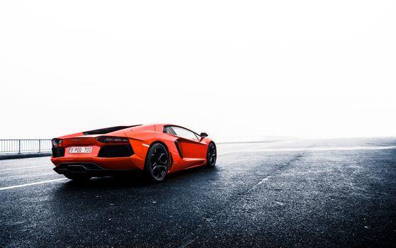 Фото бесплатно Lamborghini, асфальтовая площадка, ограждение