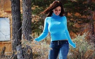 Бесплатные фото девушка в голубом свитере,шатенка,джинсы,лес,загородный дом,деревья,отдых