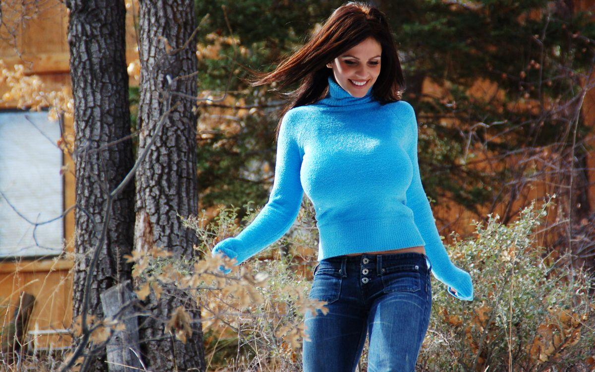 Фото бесплатно девушка в голубом свитере, шатенка, джинсы - на рабочий стол