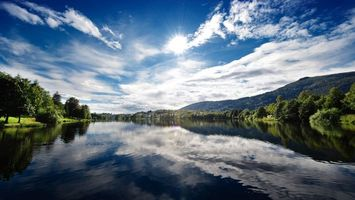 Бесплатные фото река,отражение,берега,деревья,горы,небо,солнце