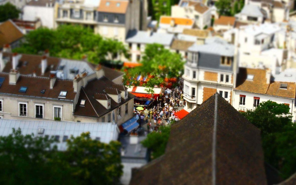Картинка дома, здания, крыши, улицы, люди, деревья на рабочий стол. Скачать фото обои город