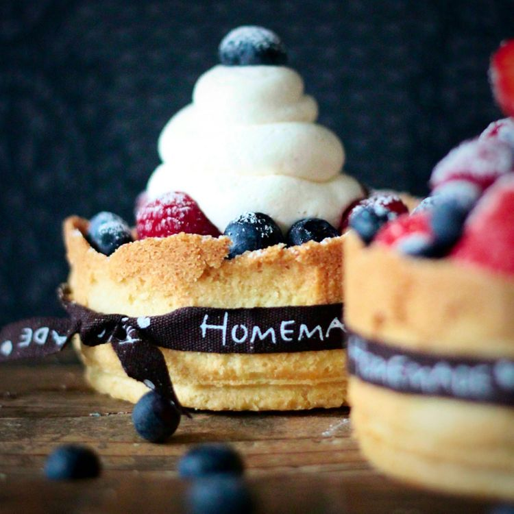Обои кексы, выпечка, ягоды, черника, малина, крем на телефон | картинки еда - скачать
