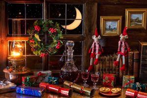 Фото бесплатно окно, месяц, стол, графин, лампа, книги, подарки, рождество, натюрморт