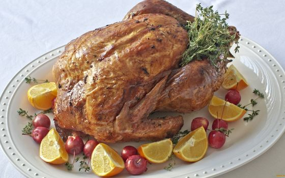 Фото бесплатно курица запеченная, травы, лимон