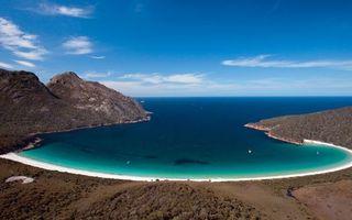 Заставки берег, растительность, горы, песок, бухта, море, яхты, горизонт, небо