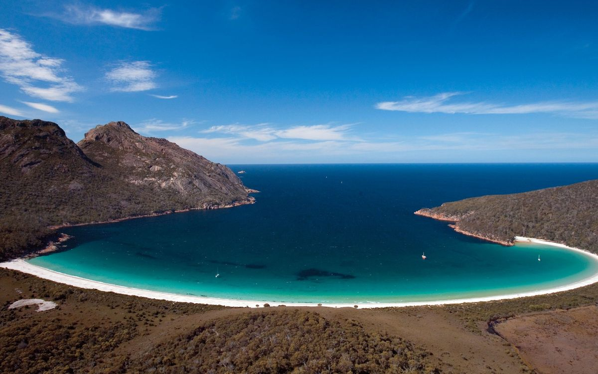 Обои берег, растительность, горы, песок, бухта, море, яхты, горизонт, небо на телефон | картинки пейзажи