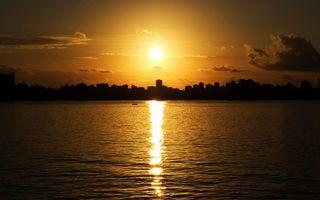 Бесплатные фото море,лодка,побережье,город,дома,высотки,небо