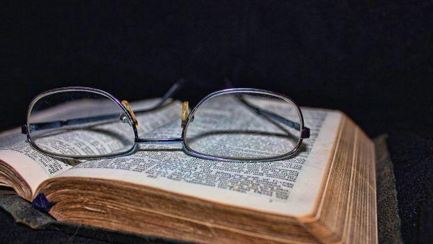 Фото бесплатно книги, очки, буквы