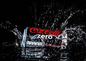 Заставки Всплеск, брызги, вода, Coca-Cola, Кока-Кола, Splash zero, чёрный фон, напиток