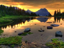Бесплатные фото вечер,река,камни,мох,трава,деревья,горы