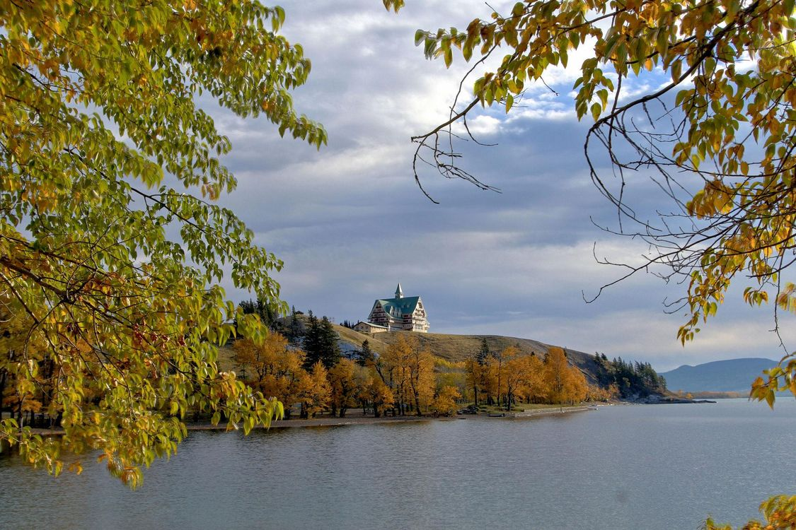 Free photo Prince of Wales Hotel, Waterton National Park, autumn - to desktop