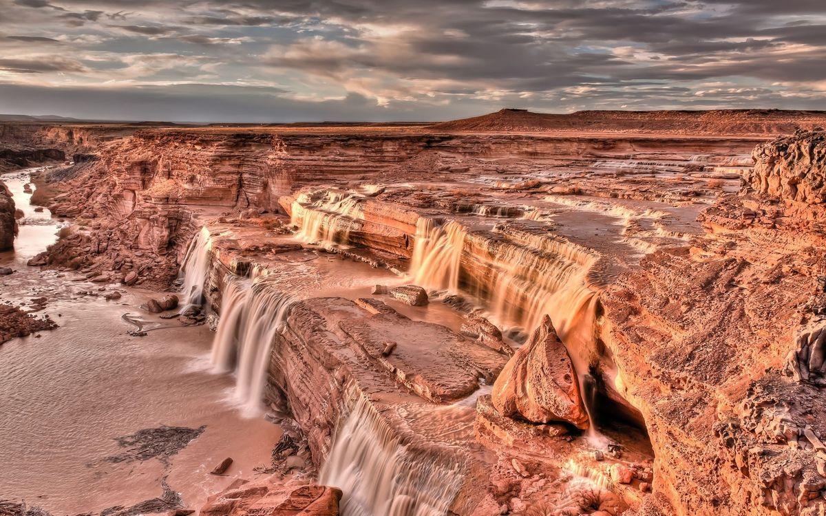 Картинка песчаник, камни, обрыв, река, водопад, небо, облака на рабочий стол. Скачать фото обои природа