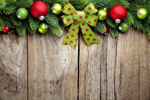 Фото бесплатно новогодние обои, ветки деревьев, ёлочные игрушки