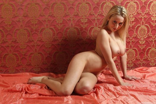 Mandy Dee exposes her beautiful body