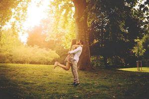 Бесплатные фото встреча пары,солнечный день,парк,дерево,счастье