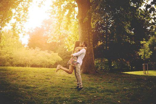 Заставки встреча пары,солнечный день,парк,дерево,счастье