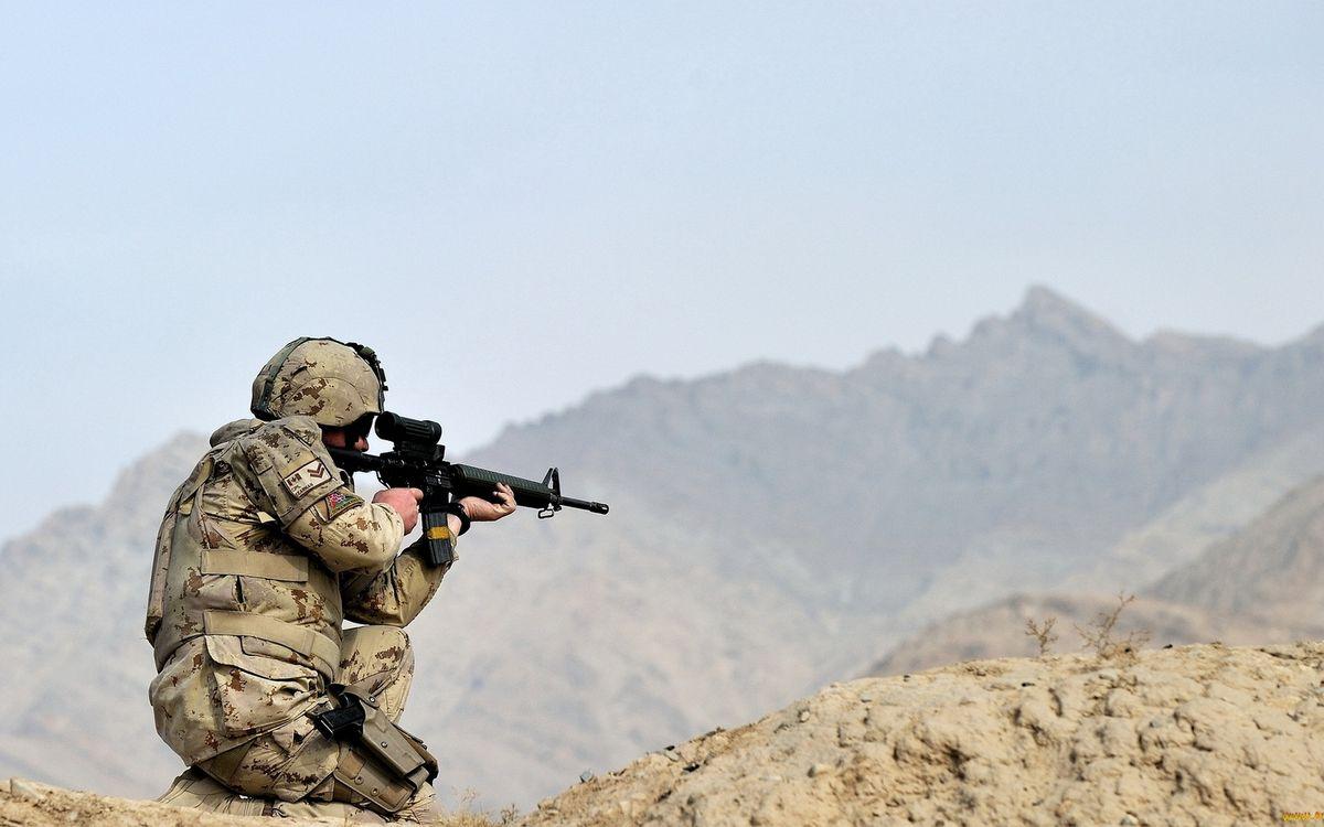 Картинка солдат, амуниция, шлем, оружие, автомат, горы на рабочий стол. Скачать фото обои мужчины