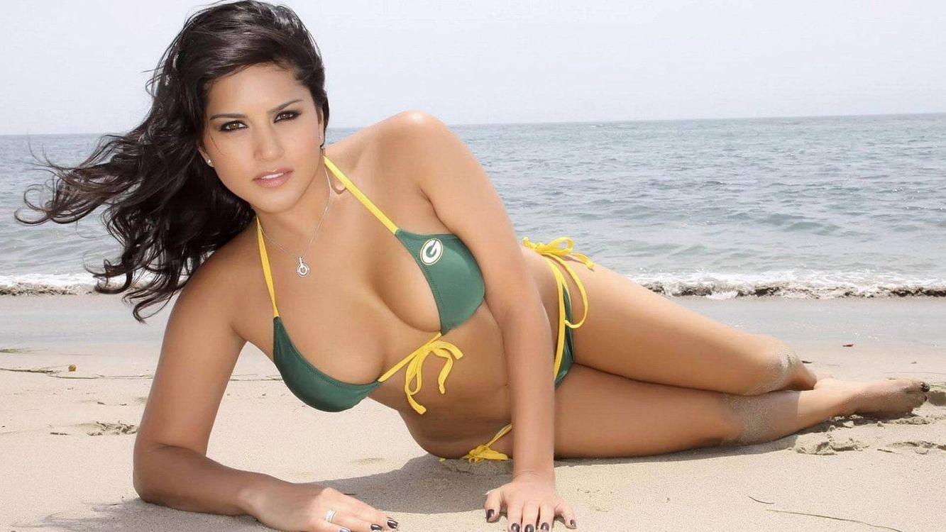 Фото бесплатно брюнетка на пляже, бикини - на рабочий стол