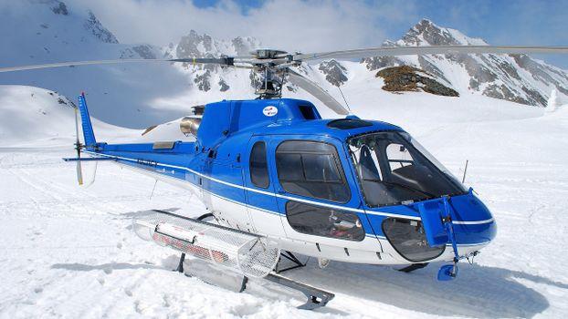 Бесплатные фото вертолет,сине-белый,кабина,винты,лопости,лыжи,горы,снег
