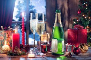 Фото бесплатно бокалы, свечи, новогодние игрушки
