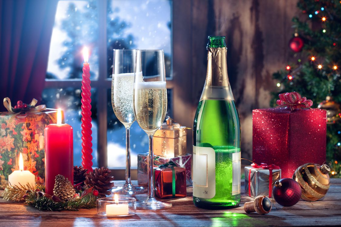 Фото бесплатно бокалы, свечи, новогодние игрушки - на рабочий стол