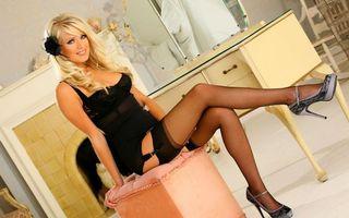 Заставки блондинка, эротическое белье, улыбка, дом