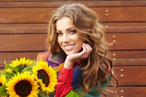 Заставки девушка, красавица, улыбка, букет, цветы, подсолнухи