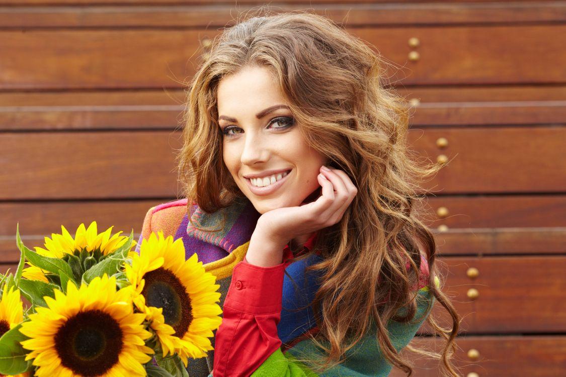 Фото бесплатно девушка, красавица, улыбка, букет, цветы, подсолнухи, настроения - скачать на рабочий стол