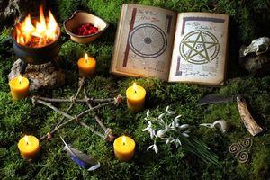 Бесплатные фото праздник имболк,Друидическое празднование в моховой окружении леса,мох,книга,свечи,обряд