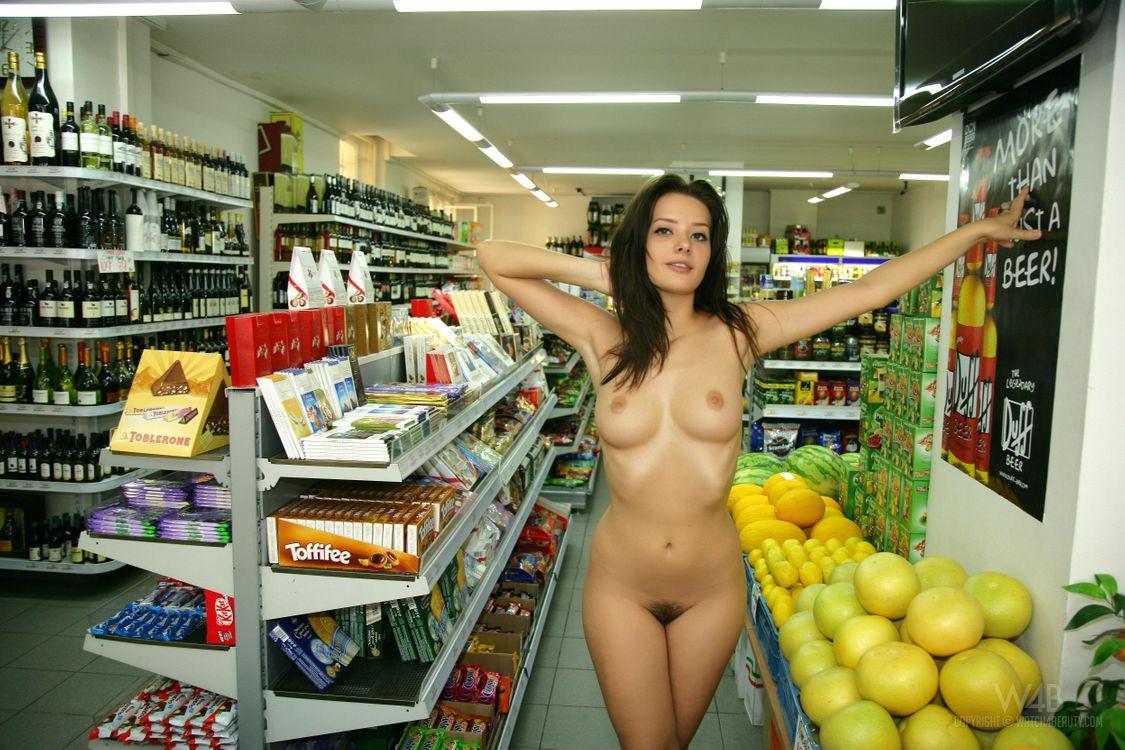система взглядов девушка в купальнике в магазине порно оценивайте
