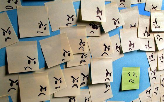 Фото бесплатно смайлики на бумаге, листки, стена
