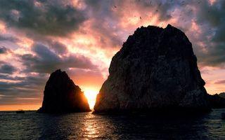 Фото бесплатно берег, море, скалы, просвет, вечер, солнце, птицы, чайки