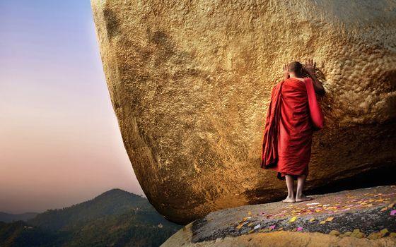 монах, буддист, красное одеяние, молитва, камень