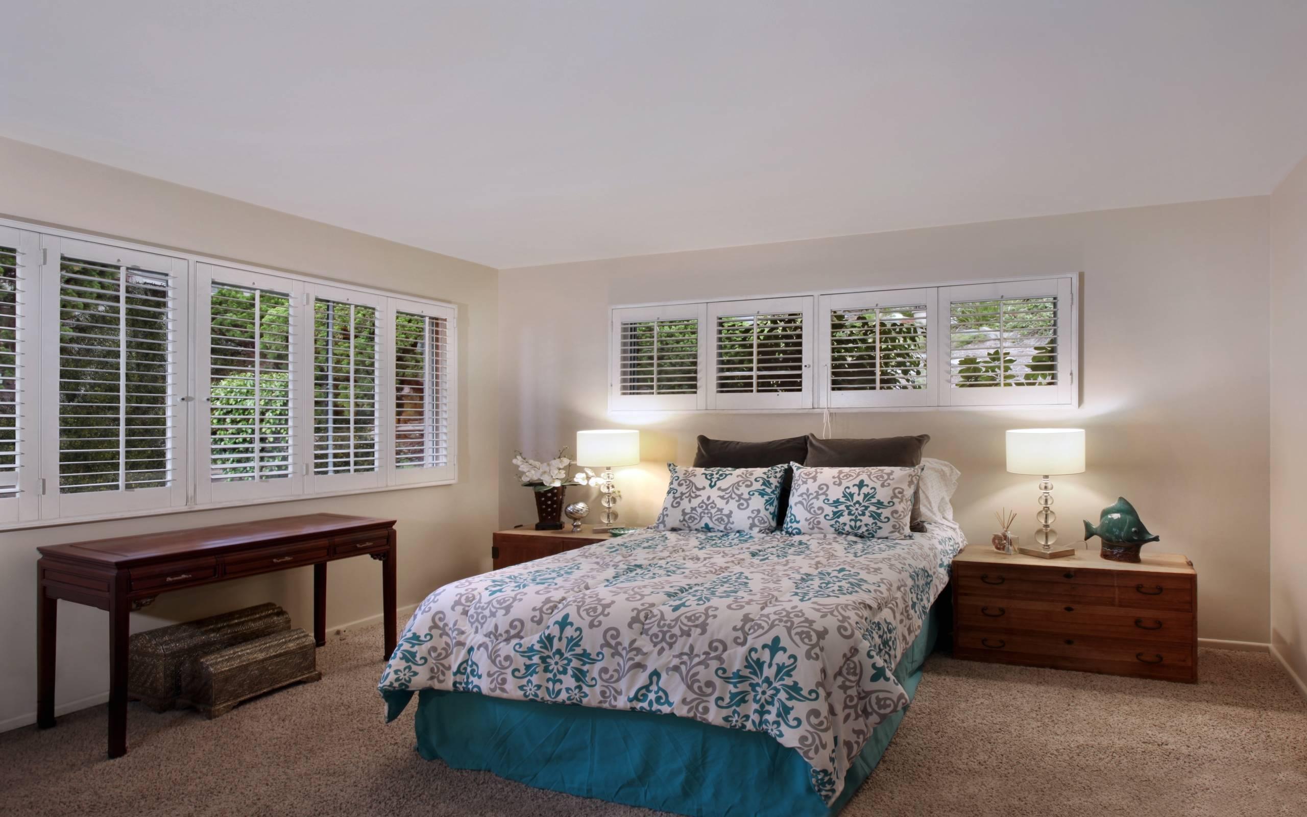 обои спальня, тумбочки, светильники картинки фото