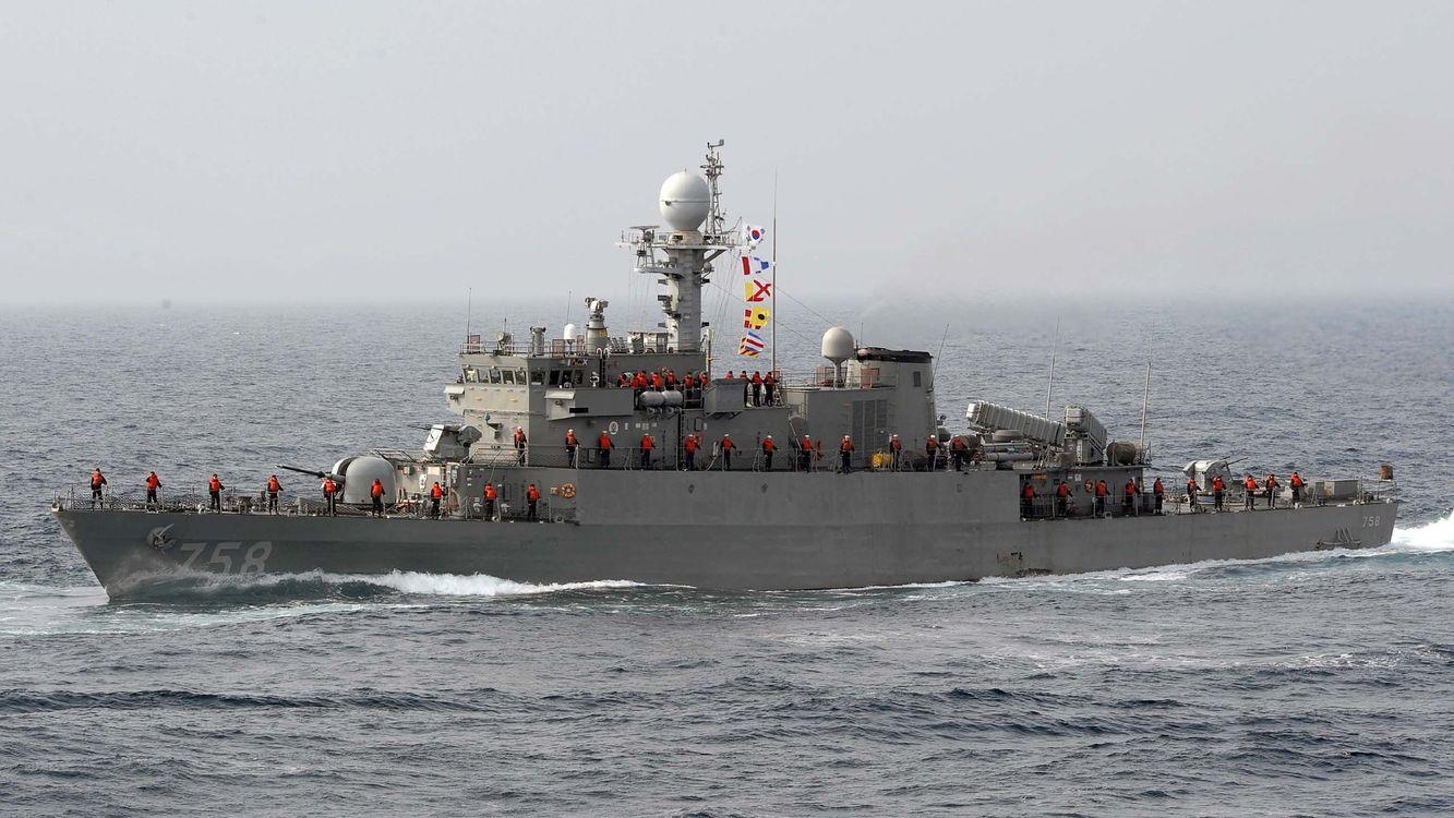Фото бесплатно корабль, военый, экипаж, команда, жилеты, море, волны, оружие