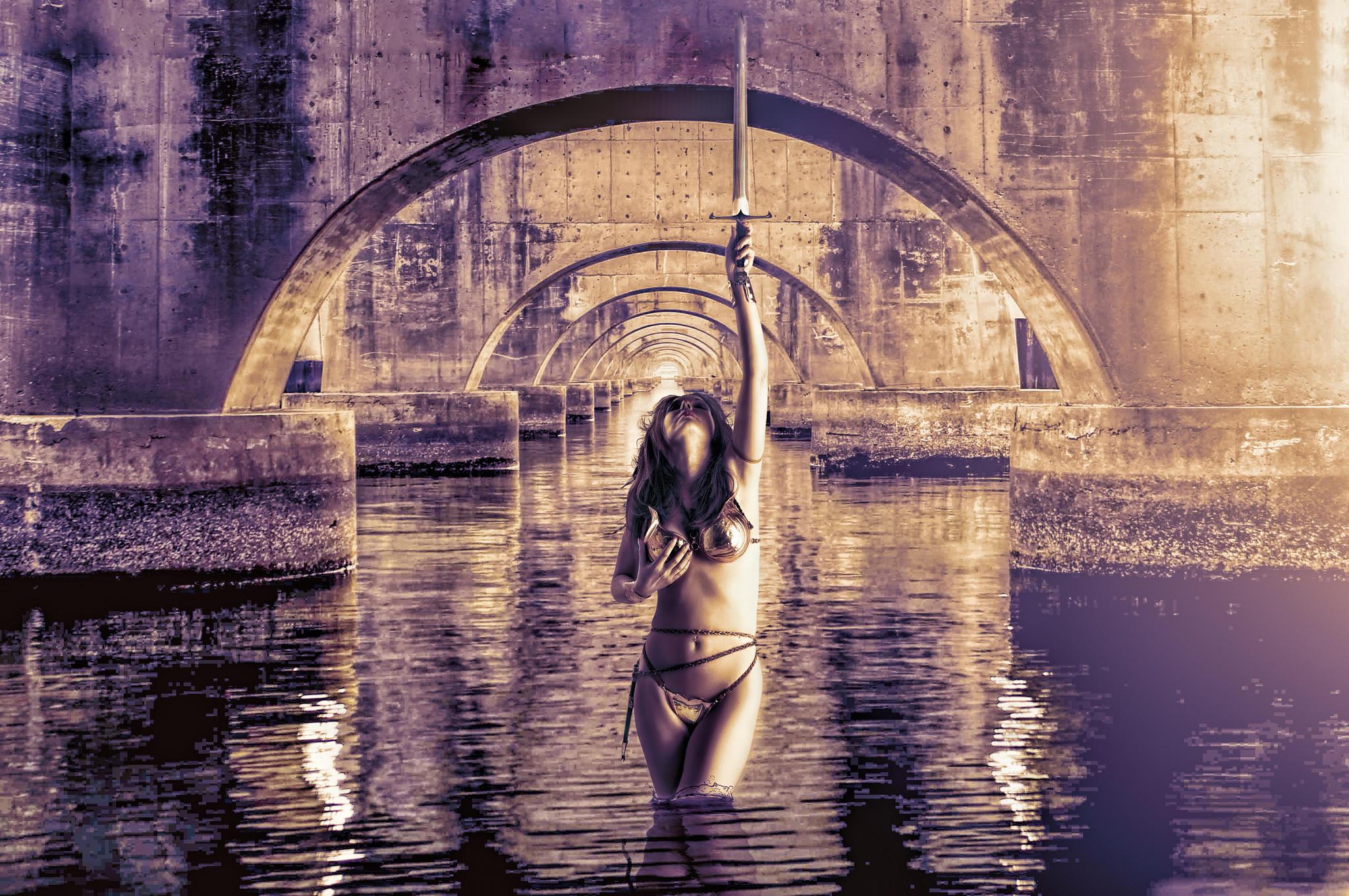 обои мост, водоём, Девушка с мечом картинки фото