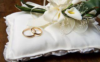 Бесплатные фото свадьба,подушка,обручальные кольца,букет,цветы,бант