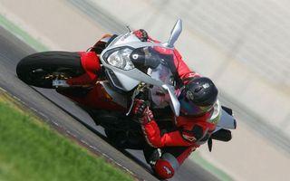 Фото бесплатно мотогонка, спортбайк, гонщик, шлем, костюм, трасса, скорость, поворот