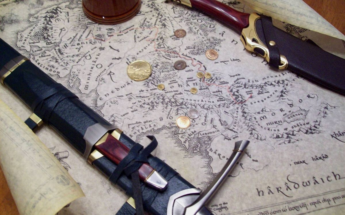 Фото бесплатно меч, кинжал, ножны, карта, монеты, оружие