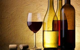 Бесплатные фото бутылки,бокал,стекло,вино,пробки,стол